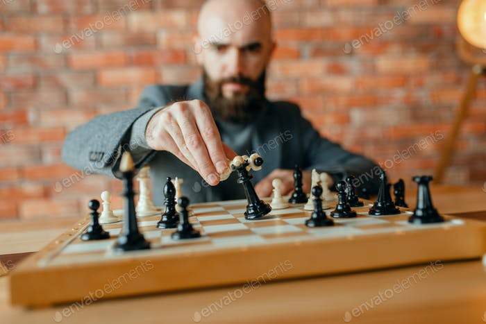 Chess player,white move, loss of the black queen