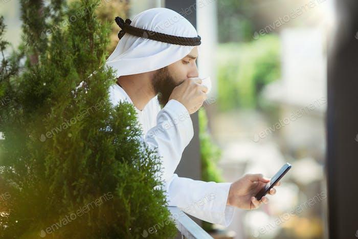 Аравийский бизнесмен saudi работает на открытом воздухе