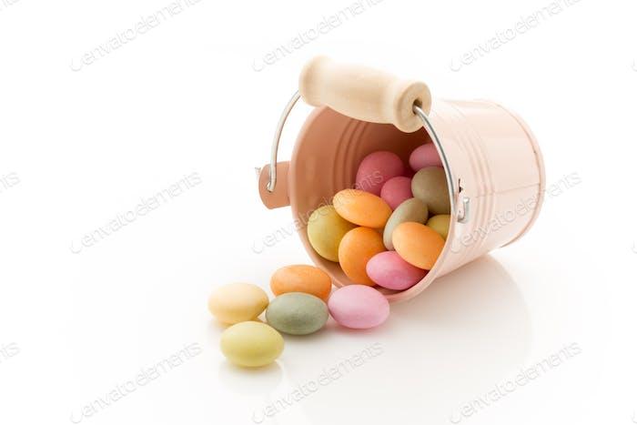 Candy farbigen kleinen Eimer isoliert auf einem weißen Hintergrund.