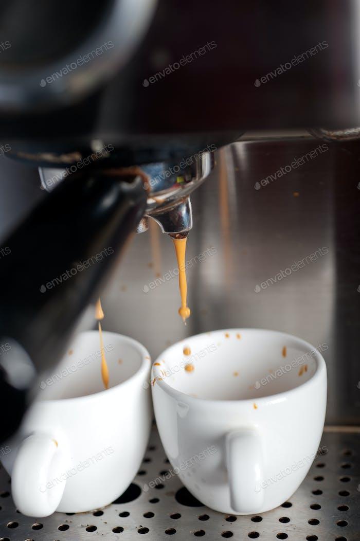 Espresso Kaffeezubereitung mit professioneller Maschine
