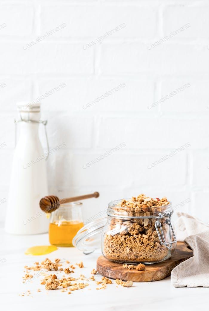 Müsli, Müsli mit Gemüsemilch und Honig. Frühstück, Snack.Konzept der gesunden
