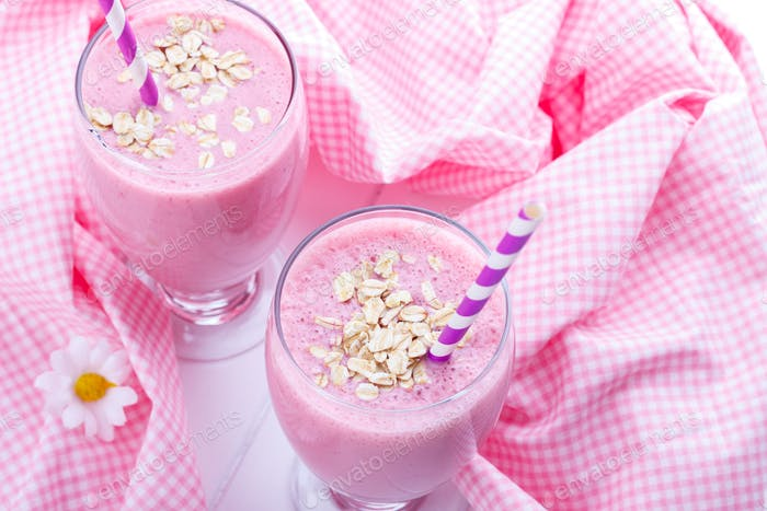 Strawberry smoothie with oat