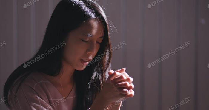 Frau betet für den Gott