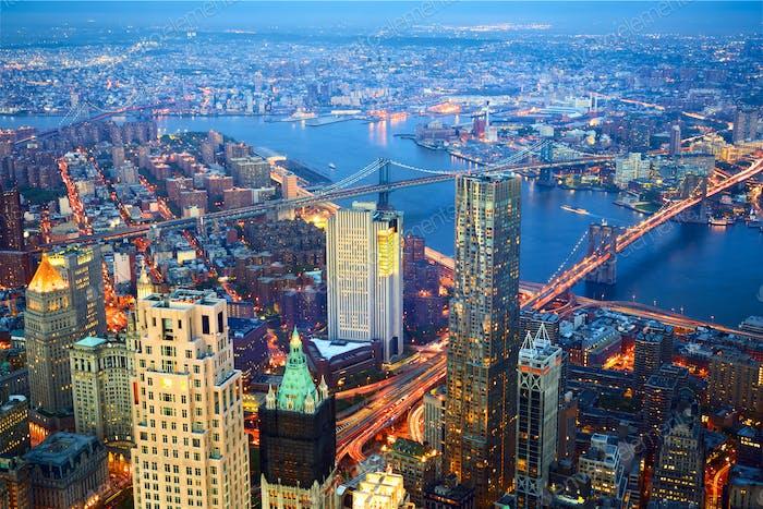 Luftaufnahme von New York City in der Abenddämmerung