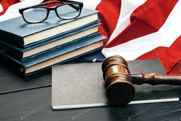 Richter Hammel auf dem Hintergrund der Flagge der Vereinigten Staaten von Amerika