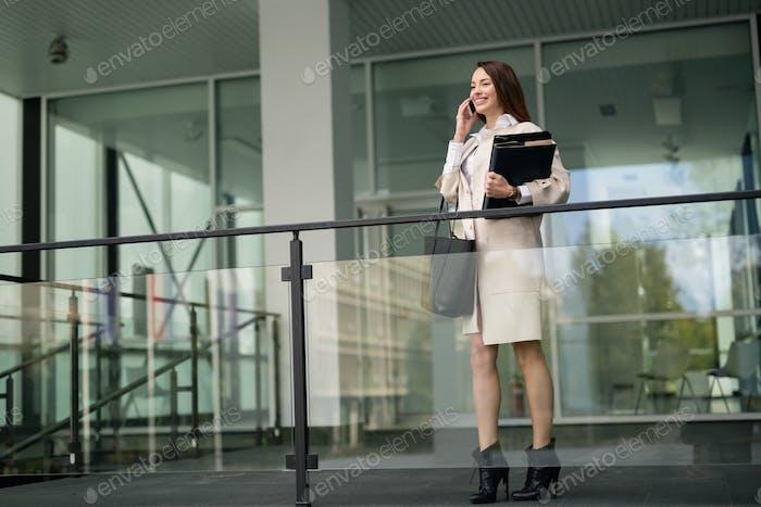 Firmenchef beschäftigt telefonieren