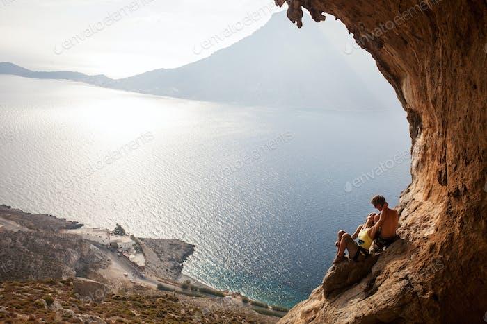 Junges Paar von Kletterern, die sich erholen