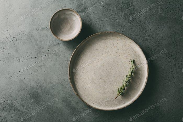 Schöne flache Keramikplatte mit Rosmarin