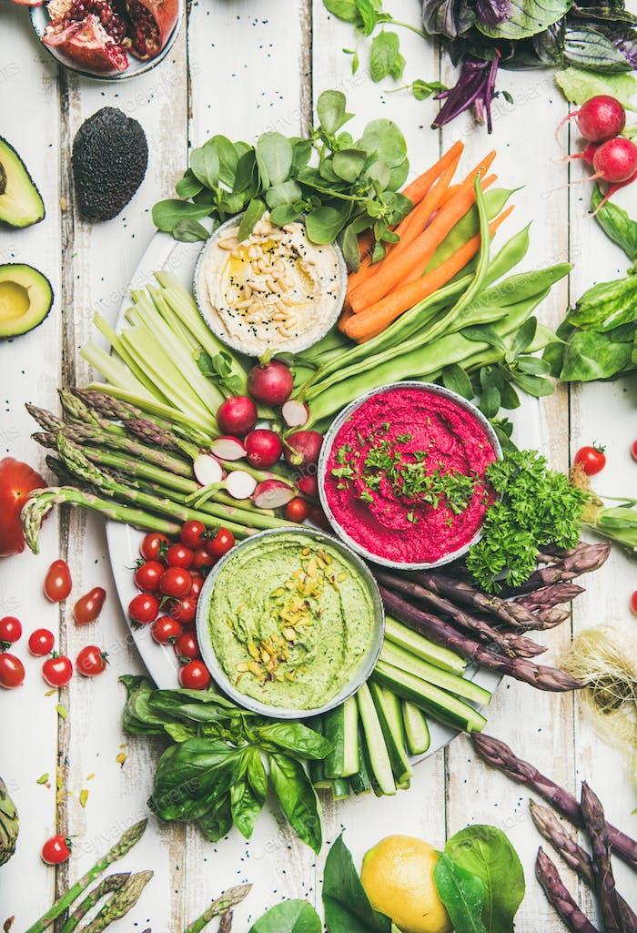 Gesunder roher Sommer veganer Snack-Teller über weißem Tischhintergrund