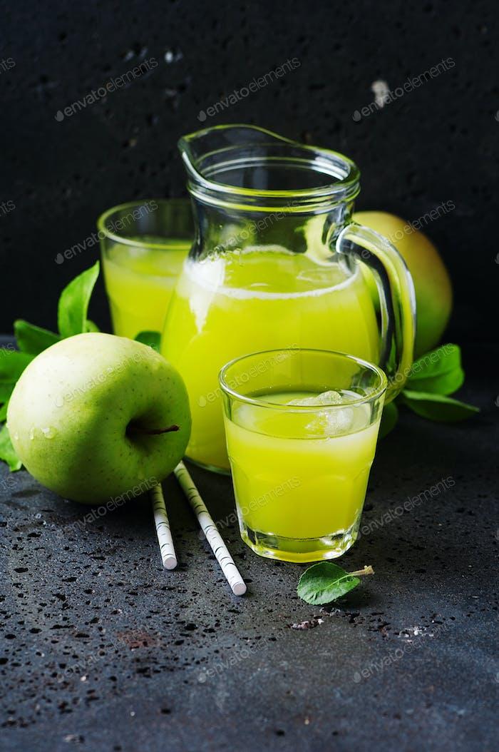 Frischer Apfelsaft und grüne Äpfel