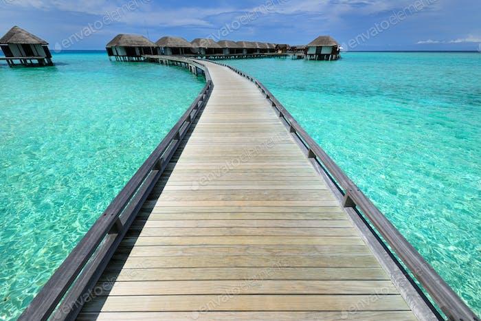 Schöner Strand mit Wasser Bungalows