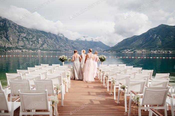 Braut mit Brautjungfern bei der Hochzeit in den Bergen
