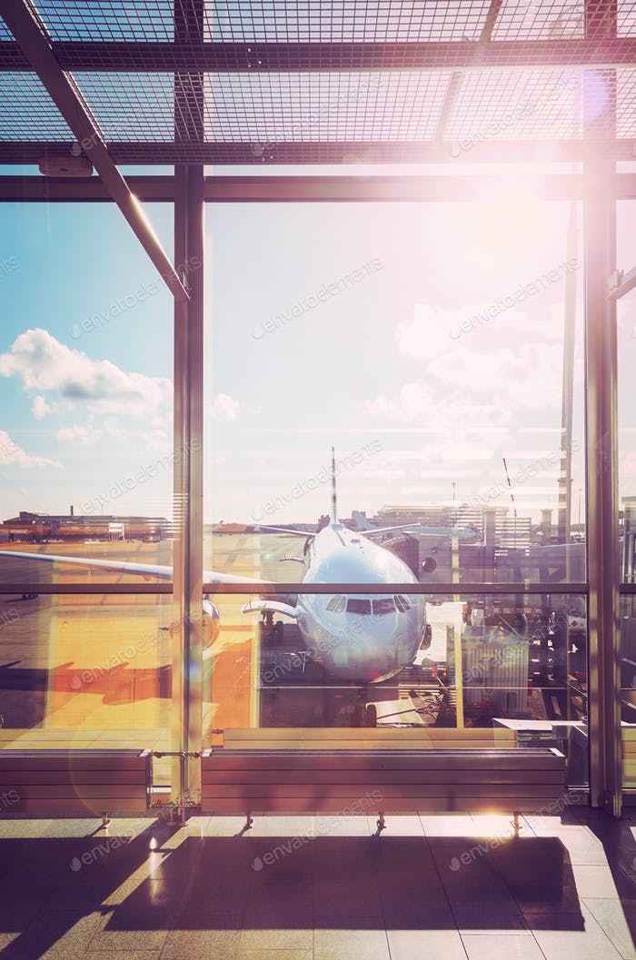 Abflughalle an einem Flughafen bei Sonnenuntergang.
