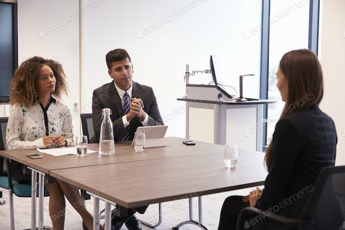 Candidato Mujer entrevistado para un puesto en el cargo