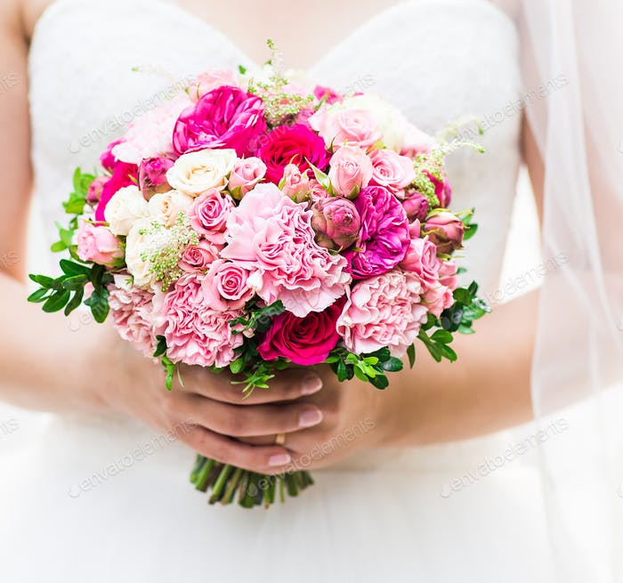 Schöne Hochzeit Blumenstrauß in den Händen der Braut