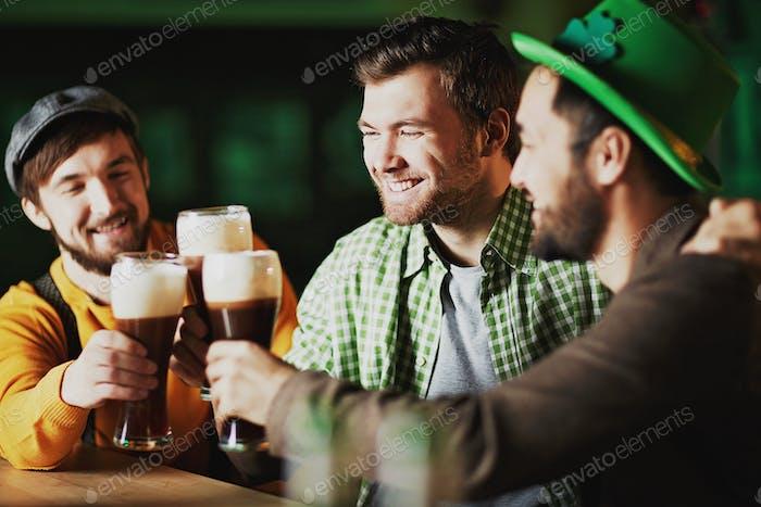 Männer in Taverne