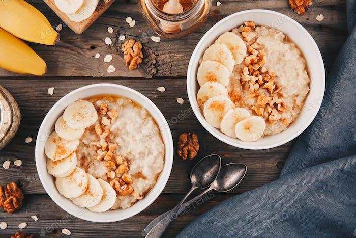 gesunde Frühstückschüssel. Haferflocken mit Banane, Walnüssen, Chiasamen und Honig