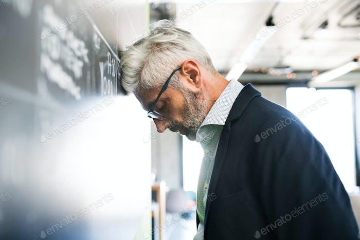 Hombre de  Empresario maduro preocupado en la oficina.