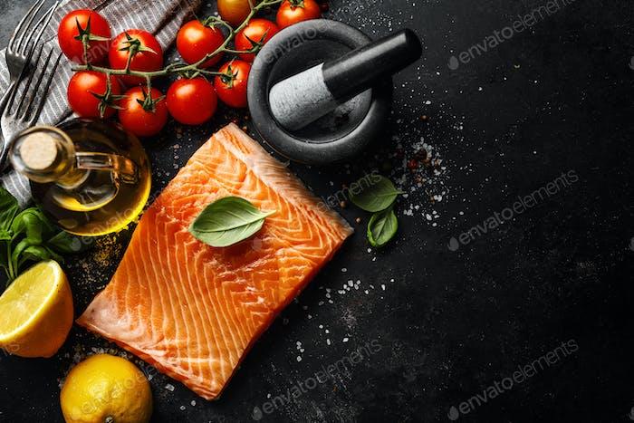 Lachs mit Zutaten auf dem Tisch