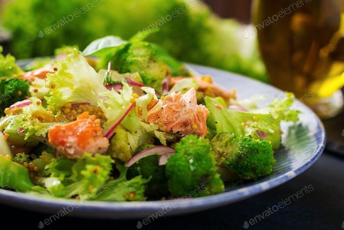 Salat aus geschmortem Fischlachs, Brokkoli, Salat und Dressing.