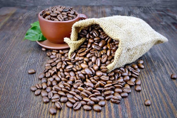 Kaffee schwarze Körner in Beutel mit Tasse an Bord
