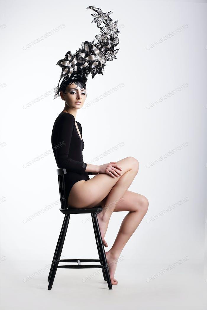 Extravaganz. Glamouröse Frau in Surreal Metallic Kopfbedeckung