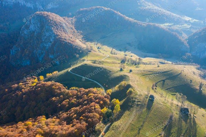 LuftDrohne Szene Herbst Landschaft Landschaft mit Holzhäusern, Strohdach und Schotterstraße
