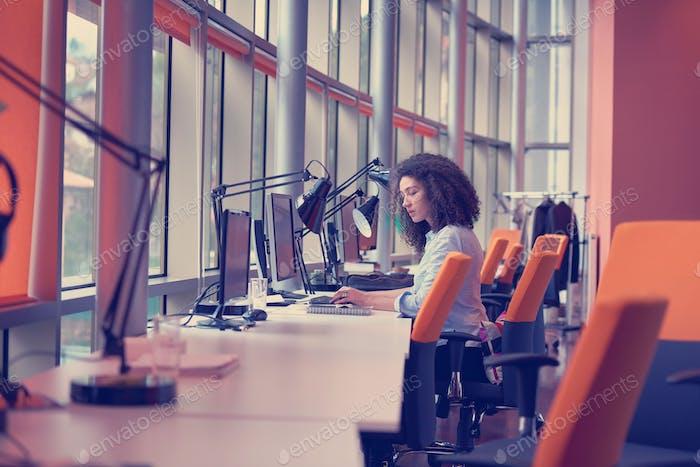 Mujer Negocios joven en oficina