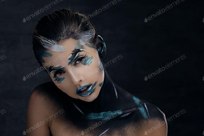 Eine Frau mit künstlerischem Make-up.