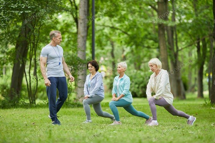 Aktive Seniorinnen trainieren