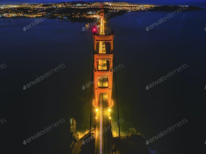 Golden Gate Bridge, Luftaufnahme in der Nacht. Das stille Wasser der Bucht von San Francisco.
