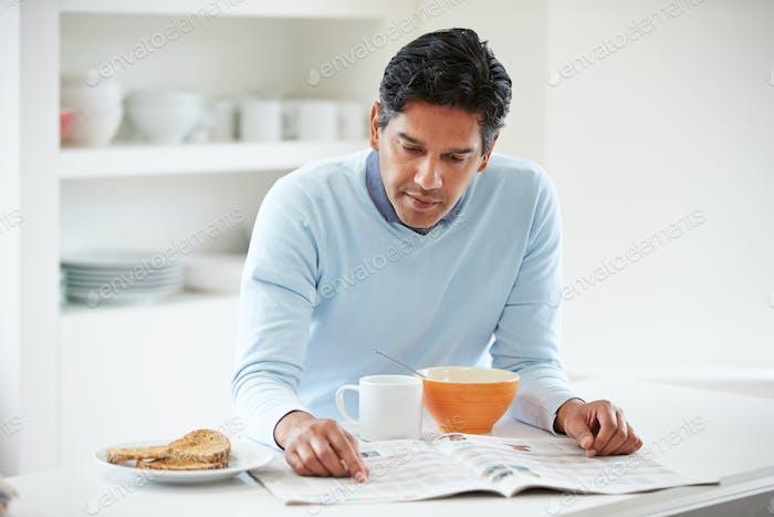 Indische Mann genießen Frühstück zu Hause