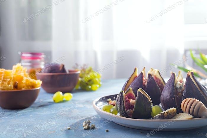 Feigen Vorspeise mit Käse, Walnuss und Honig auf Keramikplatte
