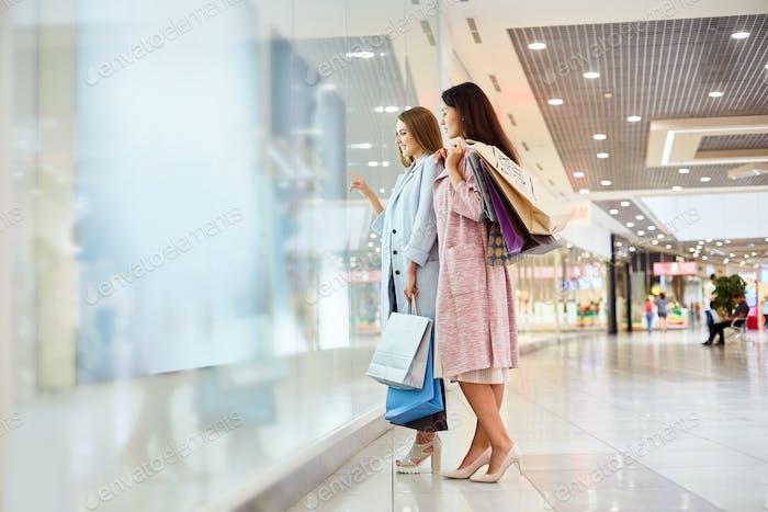 Zwei Mädchen Fenster Shopping in Mall