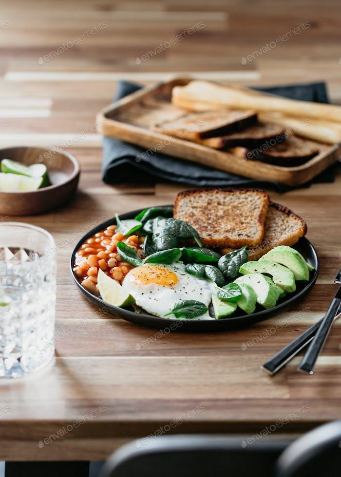 Gesundes Frühstück oder Mittagessen zu Hause oder Café