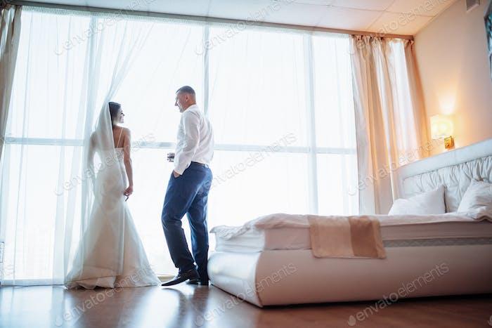 Couple de mariage dans la chambre d'hôtel
