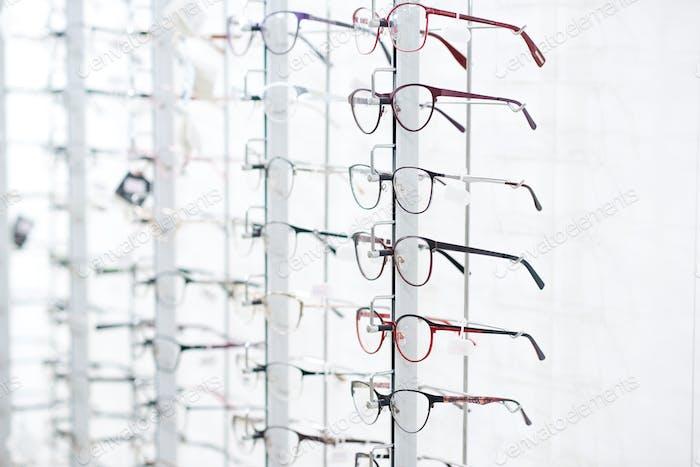 Ständer mit optischen Gläsern