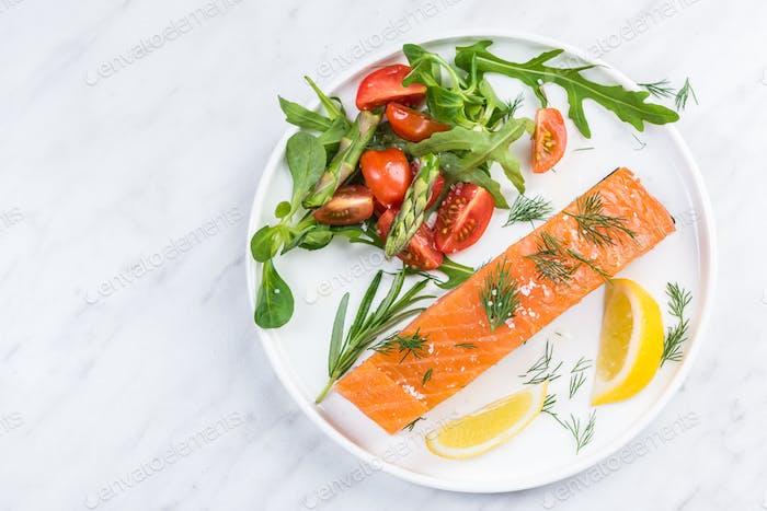 Servieren kalt geräucherter Lachsfisch, Restaurantgericht auf Teller