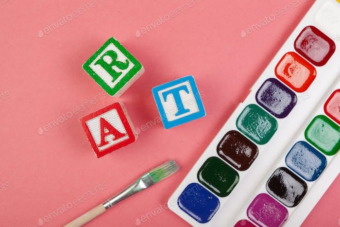 Concepto artístico. Material escolar y cubos alfabéticos de madera