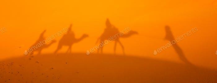 Schatten einer Karawane auf Sanddünen