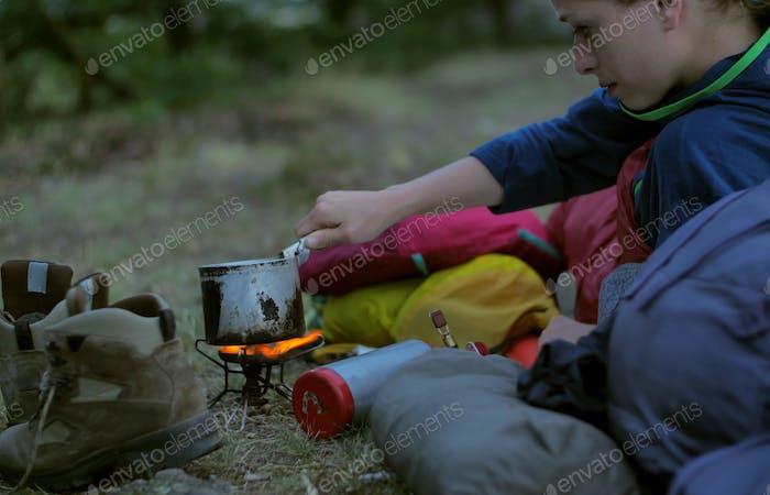 Wanderer kochen im freien