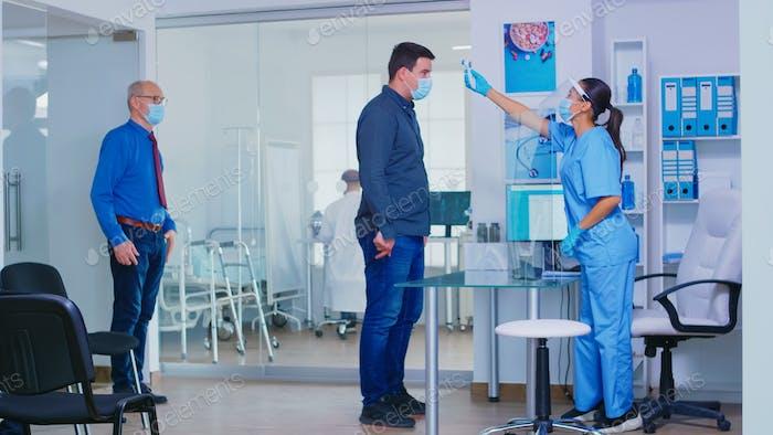Krankenschwester mit Visier gegen covid19