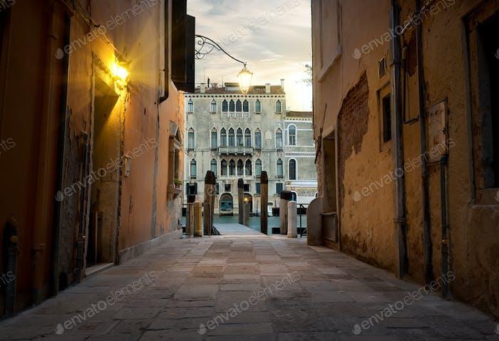 Schmale Straße in Venedig