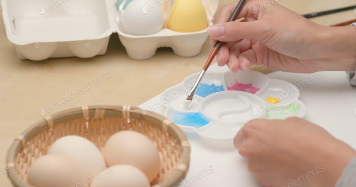Malerei auf Ei für Osterferien zu Hause