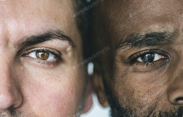 Zwei verschiedene ethnische Männeraugen Nahaufnahme