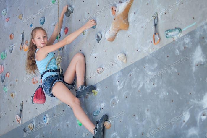 Teenager klettern eine Felswand