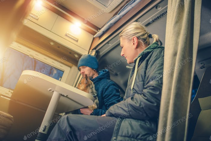 Jeunes Couples en camping-car