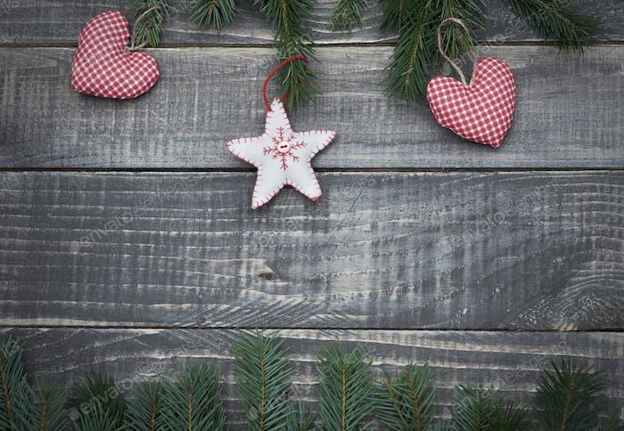 Weihnachtsschmuck auf dem Holztisch