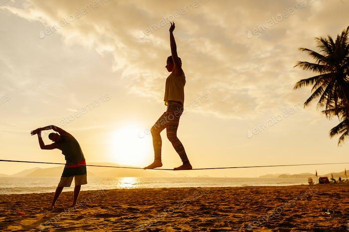 adolescentes equilibrio en la silueta slackline
