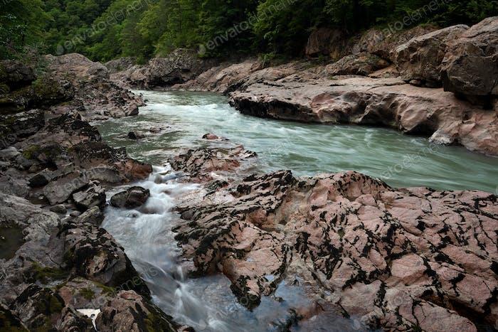 Gebirgsfluss in Granitschlucht